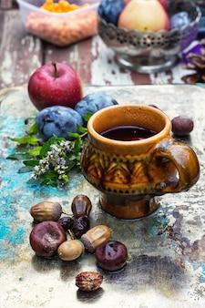 Xícara de chá no estilo outono