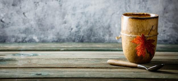 Xícara de chá ou café com folhas de outono