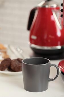 Xícara de chá ou café em fundo de cozinha moderna