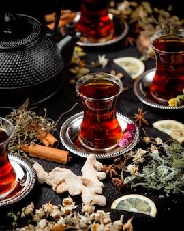 Xícara de chá perfumado com canela
