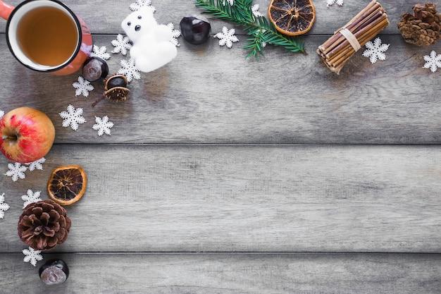 Xícara de chá perto de símbolos de inverno
