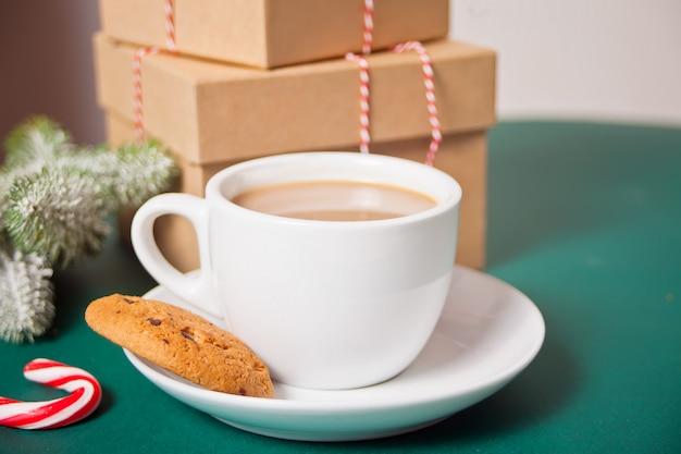 Xícara de chá, pirulito, caixas de presente, biscoitos