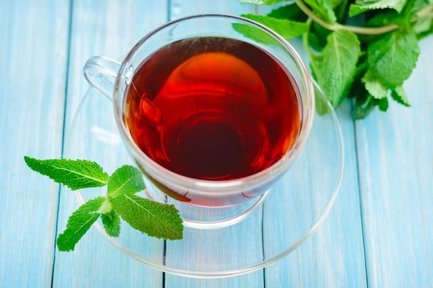 Xícara de chá preto com folhas de hortelã