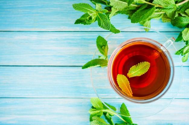 Xícara de chá preto com hortelã fresca