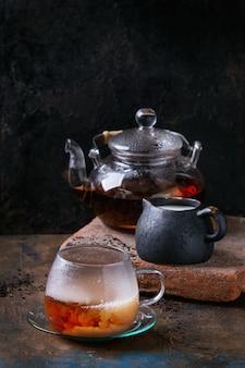 Xícara de chá preto com leite