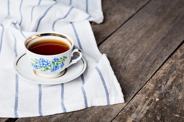 Xícara de chá preto em uma xícara e pires de porcelana