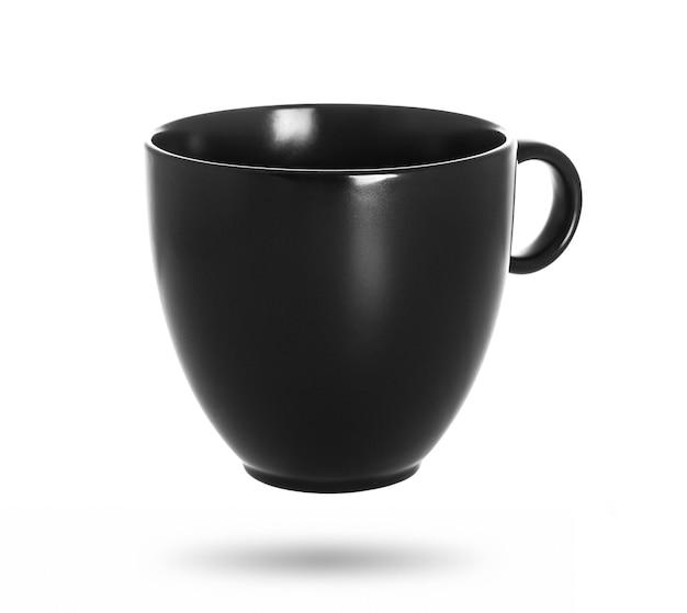 Xícara de chá preto isolada em um branco