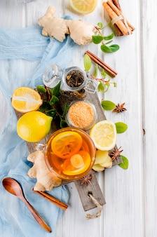Xícara de chá quente com limão e gengibre