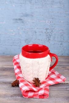 Xícara de chá quente saboroso, na mesa de madeira