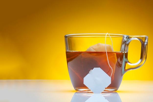 Xícara de chá verde com fundo amarelo