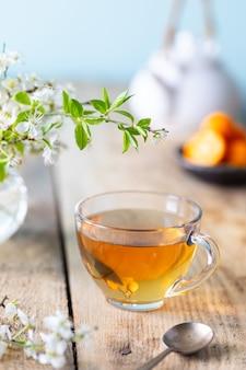 Xícara de chá verde com limão e mel para aumentar a imunidade na primavera.