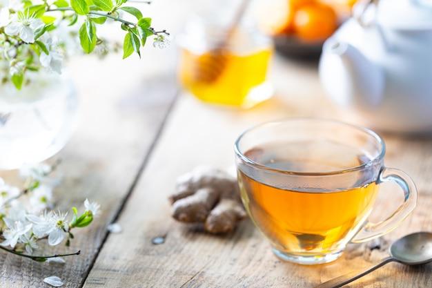 Xícara de chá verde, gengibre, limão, mel para aumentar a imunidade na primavera. copie o espaço