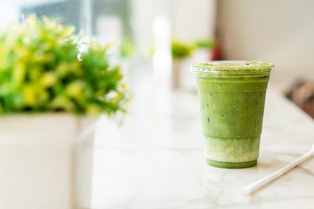 Xícara de chá verde matcha gelado com leite