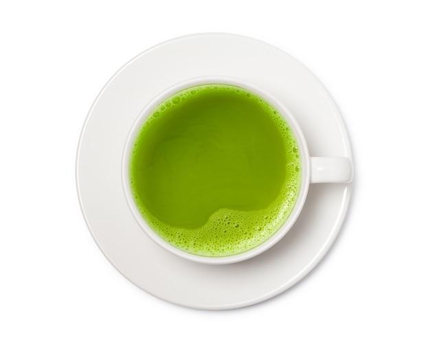 Xícara de chá verde matcha isolada no branco