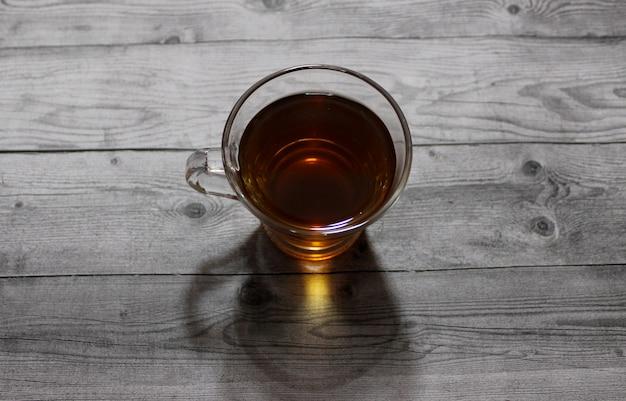 Xícara de chá verde na mesa de madeira
