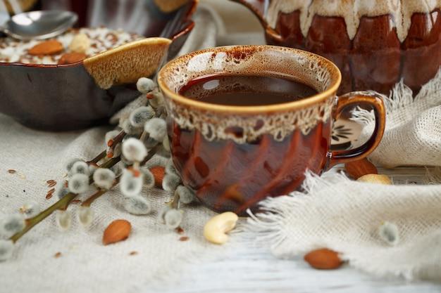 Xícara de chá verde, queijo cottage mais flocos de aveia, linhaça, nozes e mel