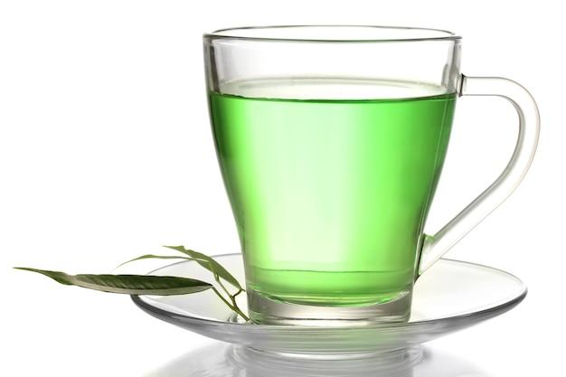 Xícara de chá verde transparente, isolada no branco