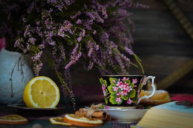 Xícara de chá vintage velha no fundo rústico de madeira