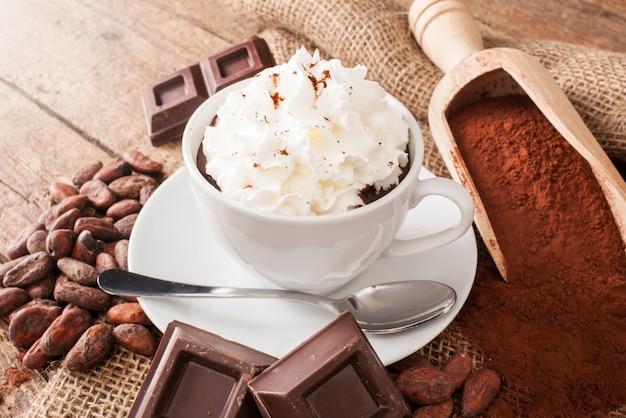 Xícara de chocolate quente com chantilly