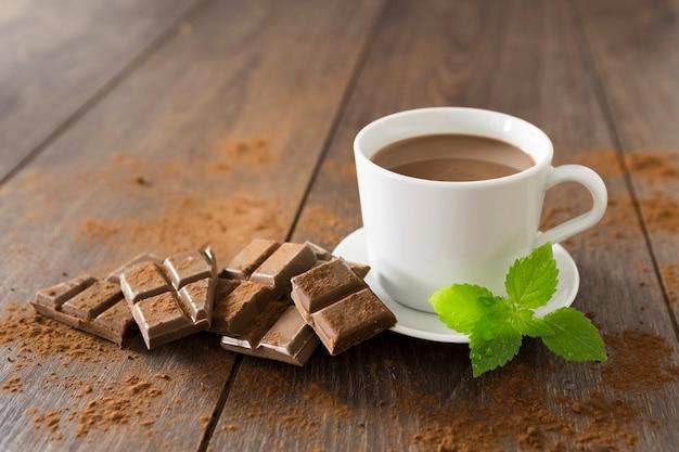 Xícara de chocolate quente com hortelã