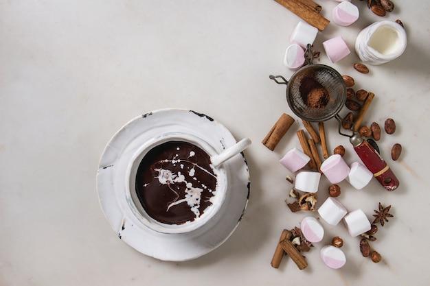 Xícara de chocolate quente com marshmallow