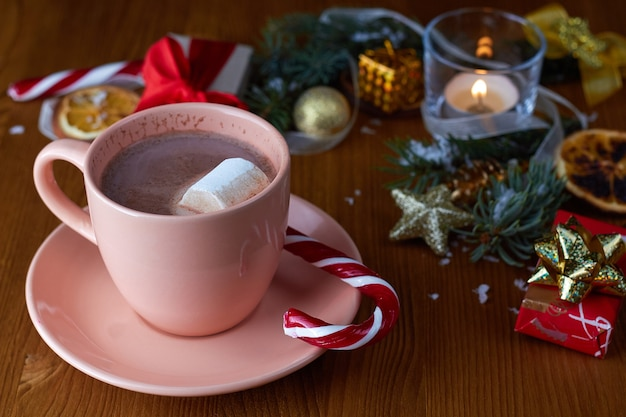 Xícara de chocolate quente com marshmallows com enfeites de natal