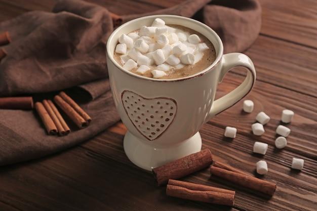 Xícara de chocolate quente com marshmallows na mesa