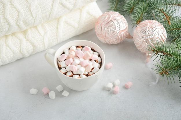 Xícara de chocolate quente com marshmallows