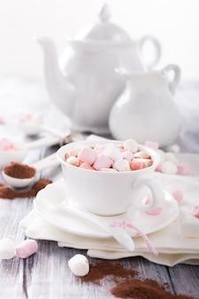 Xícara de chocolate quente com mini marshmallows