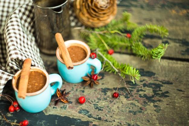 Xícara de chocolate quente com nozes