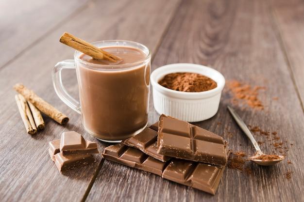Xícara de chocolate quente com pau de canela