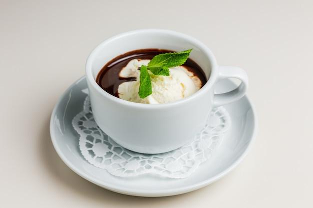 Xícara de chocolate quente com sorvete de baunilha e hortelã