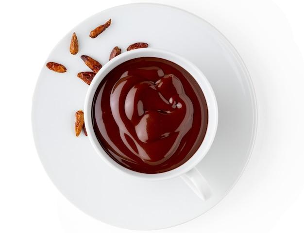 Xícara de chocolate quente delicioso e espesso para beber com pimenta malagueta picante