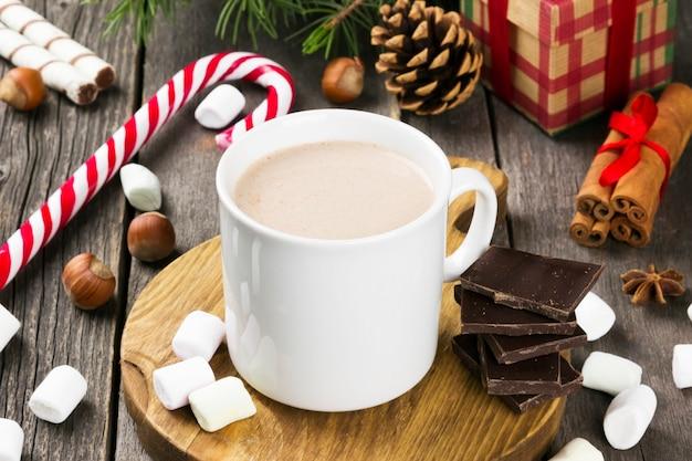 Xícara de chocolate quente em uma superfície escura