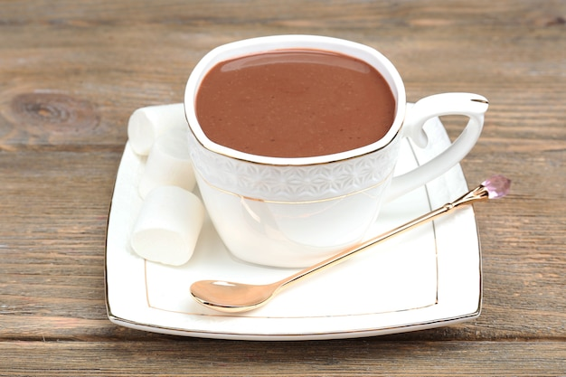 Xícara de chocolate quente na mesa, close-up