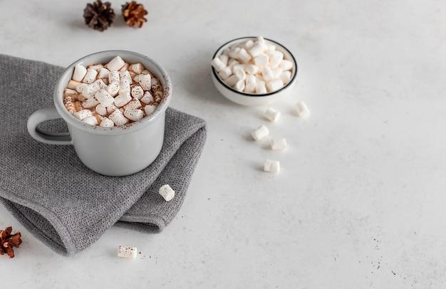 Xícara de chocolate quente ou café com superfície branca de conceito de marshmallow de natal
