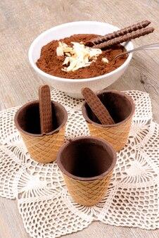 Xícara de chocolate wafer em fundo vintage