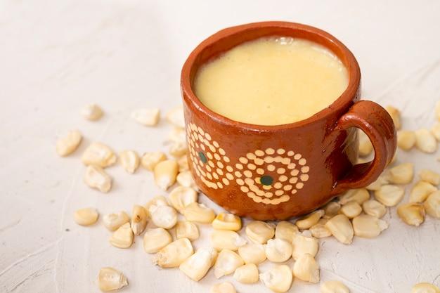 Xícara de close-up de sopa e grãos de milho