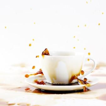Xícara de derramar café criando respingo bonito