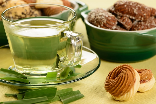 Xícara de erva-cidreira com biscoitos