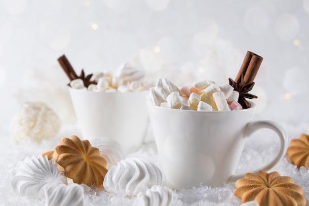 Xícara de férias de cacau com marshmallow ou café com especiarias e biscoitos em casa.