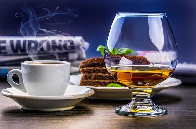 Xícara de jornal e bolo de mel de café conhaque bebida saborosa.