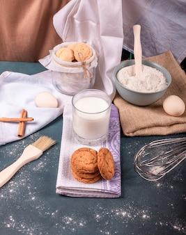 Xícara de leite com biscoitos de canela e farinha