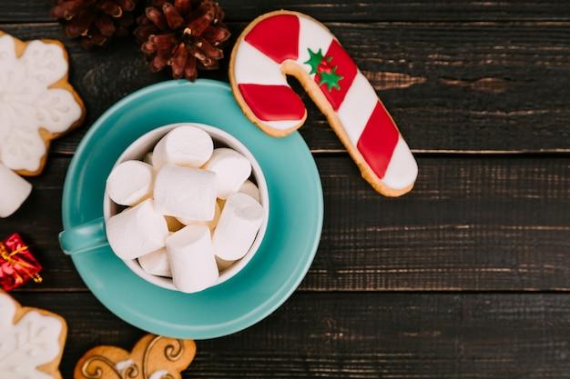 Xícara de marshmallow com biscoitos de gengibre
