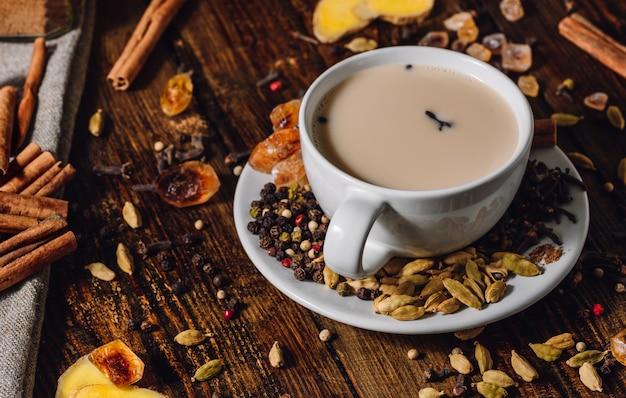 Xícara de masala chai com especiarias
