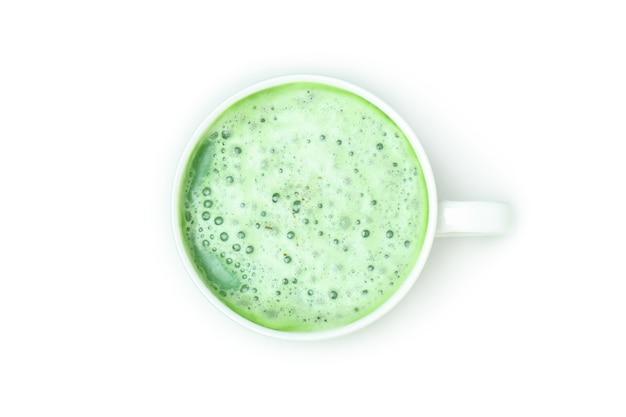 Xícara de matcha latte isolada no fundo branco