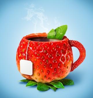 Xícara de morango com chá quente