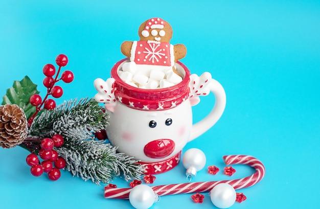 Xícara de natal de chocolate quente com marshmallow e homem-biscoito. conceito criativo de ano novo e natal