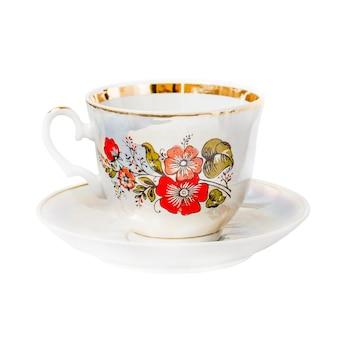 Xícara de porcelana com padrão floral em pires isolado no fundo branco