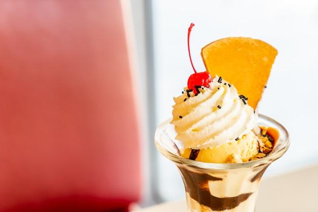 Xícara de sorvete de baunilha com chantilly